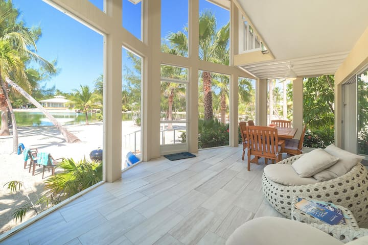 Seaside Dreams: Contemporary Oasis on Bio Bay With Two Free Kayaks