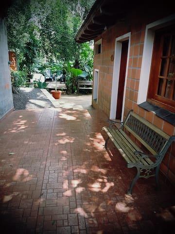 Acceso a la cabaña con rampas y escalones