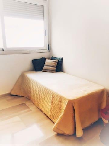 Dormitorio con dos camas individuales. Con armario y estantería. Dispone de ventilador en el techo con mando. Cortinas y ropa de cama.