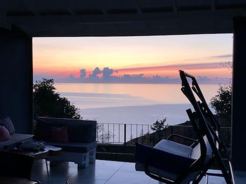Deniz ve Dağ Manzarasında Modern Villa