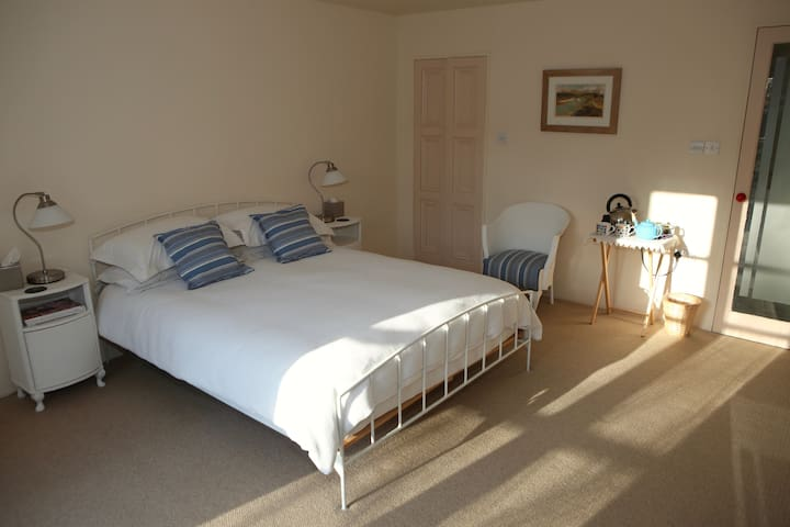 Large en-suite bedroom - Nailsworth