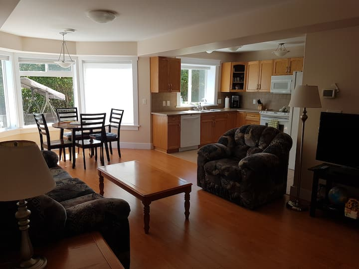 Sunny suite close to Sooke harbour.