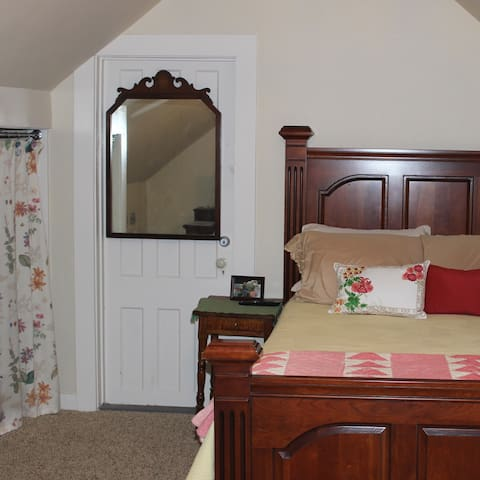 Upstairs Queen Bedroom - Hobble Inn