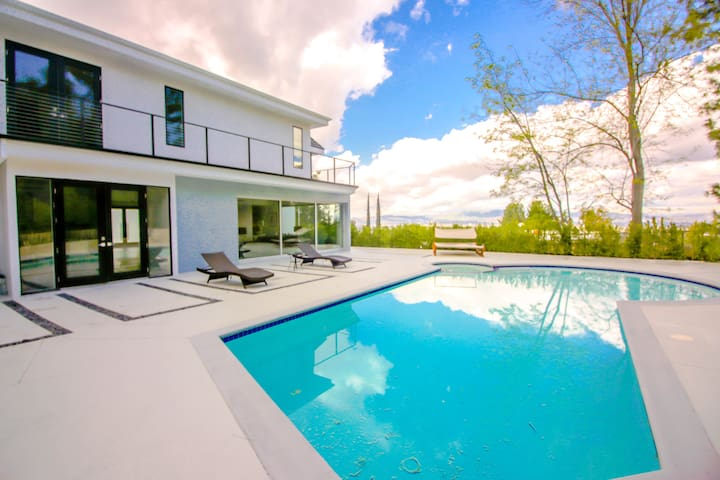 #114 Ultra Modern 5BR Encino Home w Pool - Los Angeles - Haus