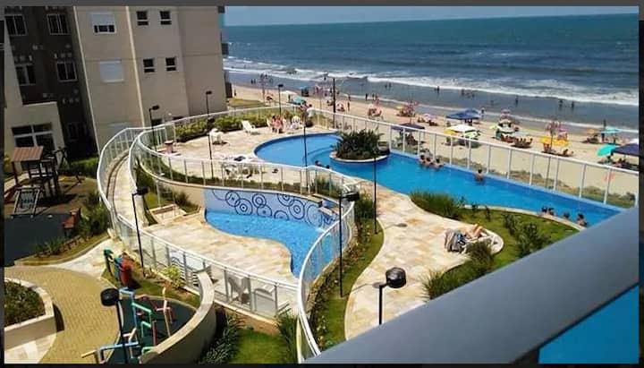 Apartamento pé na areia, com linda vista do mar.