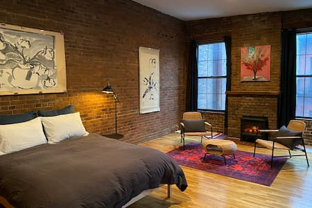 Historic Townhouse - Private Master Bedroom & Bath