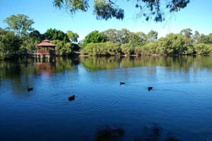 Lake reserve - 2bedrooms modern house - near Perth