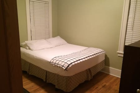 Clean and Cozy 1 BR close to Downtown Royal Oak - Royal Oak - House