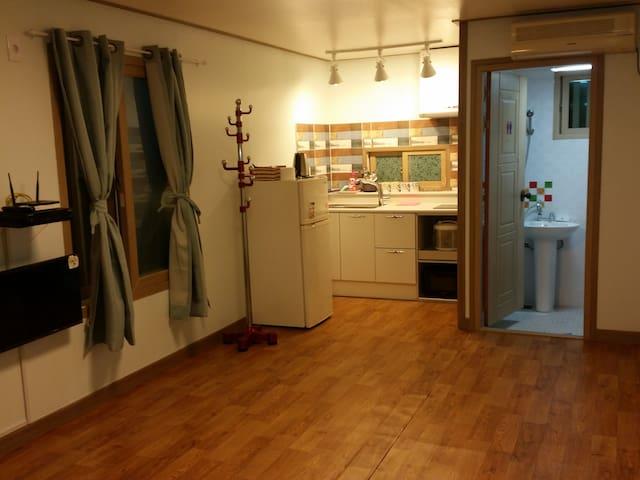 온돌객실1, 속초해변과 1분거리 최대 4인 아늑한 원룸 객실