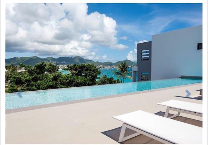 Oceanfront amazing 2 bedrooms Condo