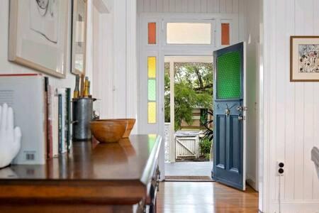 Open plan Cottage close to Queens Park & schools
