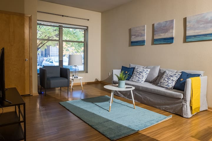 Bright 1BR Apt in North Loop