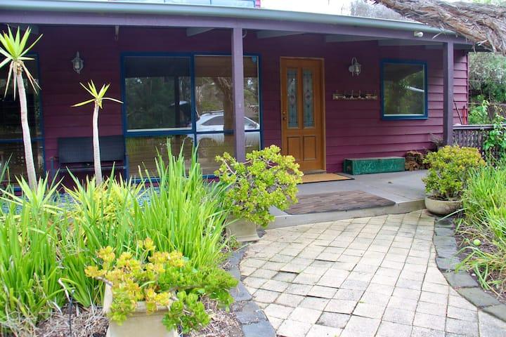 """Gumnut"" cottage at St Andrews Beach. Inc linen."
