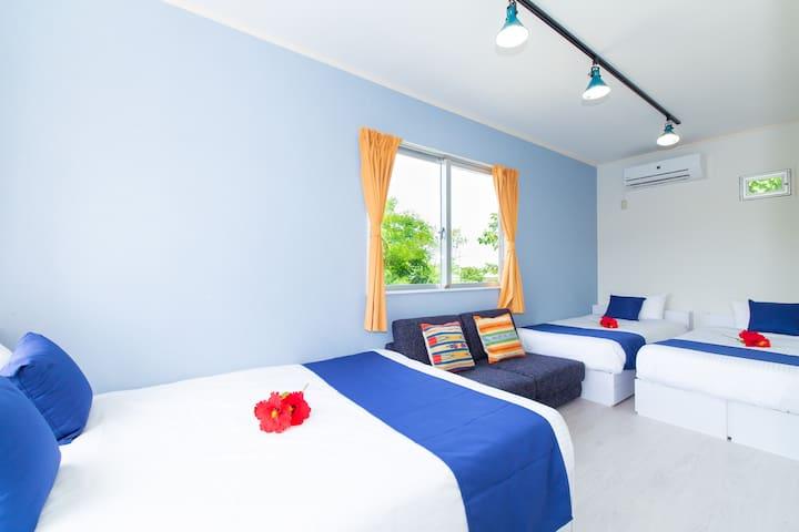 <寝室1> ダブルベッド×1 シングルベッド×2 ダブルサイズのソファベッド×1 TVも付いてまして、Amazonプライムも鑑賞できます^^