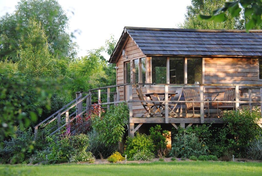 Cabane nichée dans la verdure