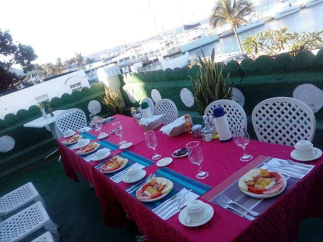 Desayuno en la terraza con vista al mar.