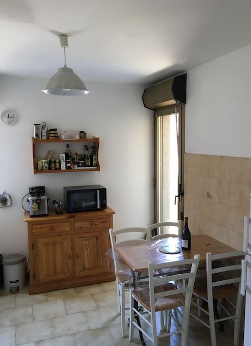La cuisine avec accès sur la terrasse.