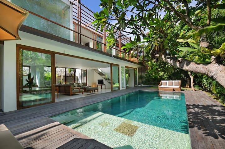 4 BR Beach Axis Villa, Seminyak W/Breakfast