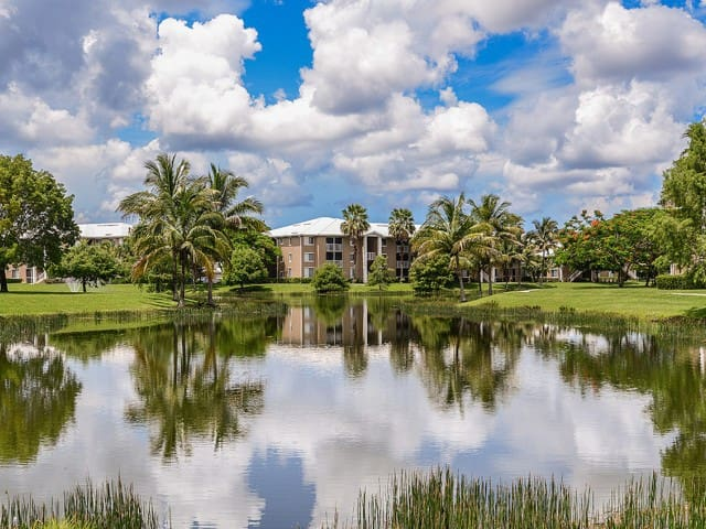 2/2 Sleeps 7 walk to sawgrass mall