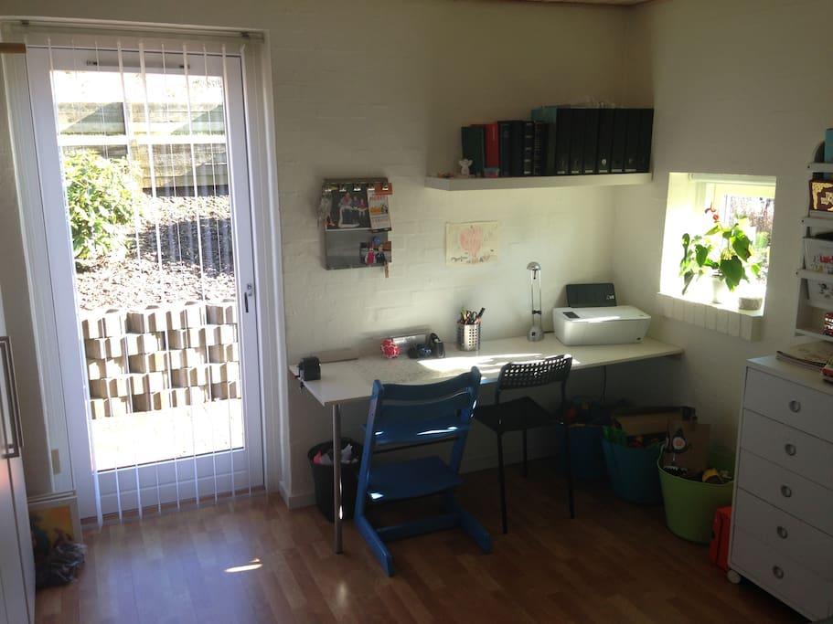 Skrivebord på værelset med adgang til WIFI og printer.