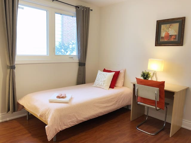 Cozy private room w/ free wifi & parking (Room C)