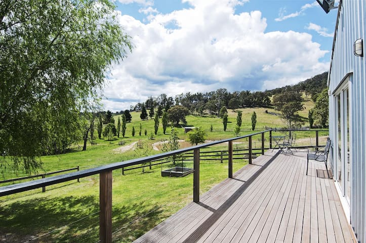 The Woolshed - farmstay with rural views & tennis - Canyonleigh - Huis