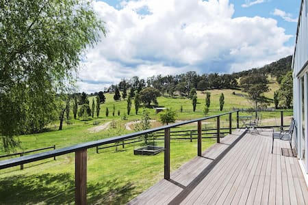 The Woolshed - farmstay with rural views & tennis - Canyonleigh - Talo