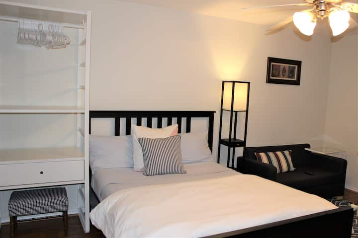 Private Cozy Suite with a Kitchenette in MedCenter
