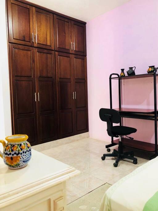 Closet y escritorio/closet and desk