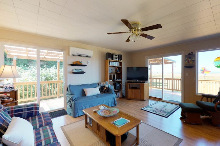 Dog friendly cabin with large deck, free WiFi, near 2 state parks. Great surf!