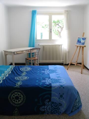 Chambre bleue, calme et lumineuse