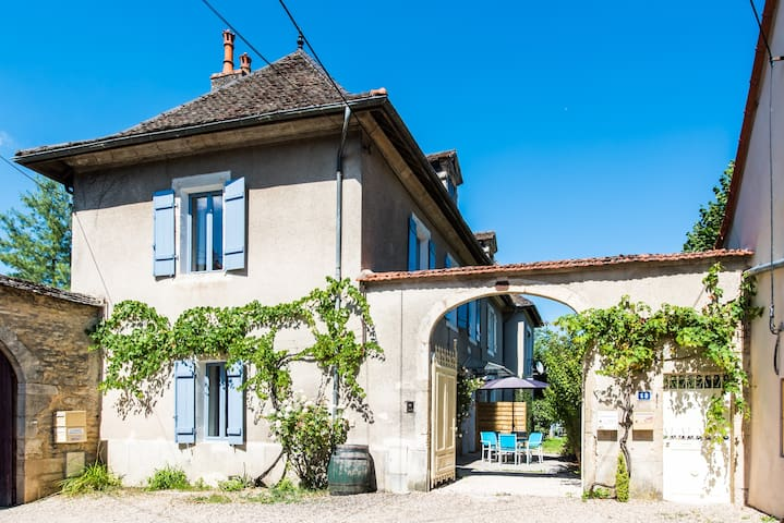 Character 3 bedroom home, walk to centre + parking - Beaune - Huis