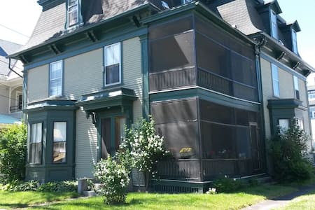 Big Green Victorian - Warm & Cozy - Newport - Lejlighed