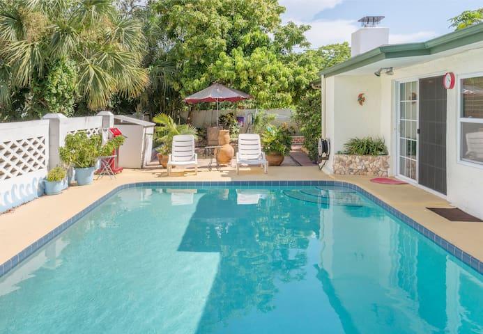Tropical Pool home- 8 minutes to  beach
