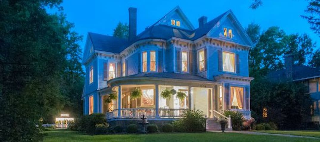 Stay in a Vintage Mansion in the Historic District (Tranquility)