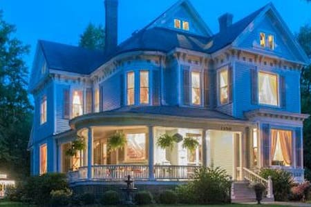 Extended Stay or Getaway in a Vintage Mansion in the Historic District (Tranquility)
