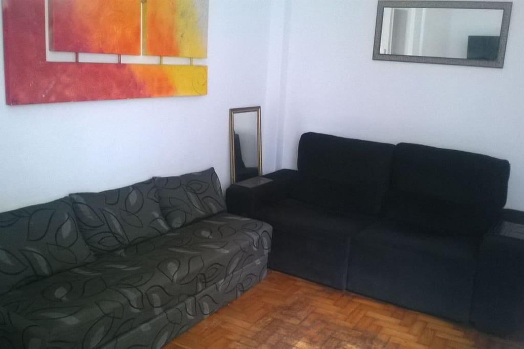 Sala com 1 sofá retrátil e 1 sofá cama de casal
