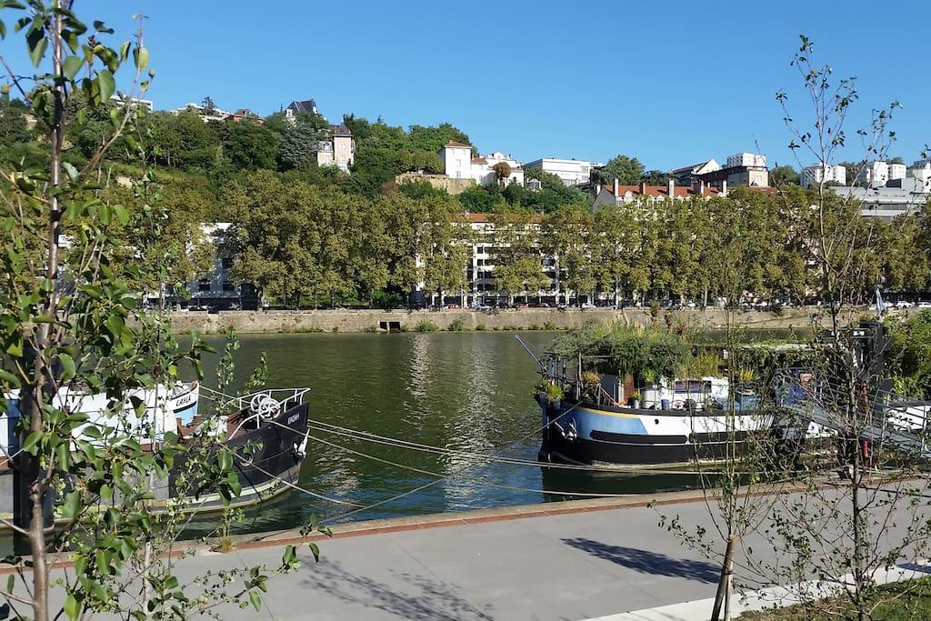 Le Quai des Étroits vu de l'autre rive de la Saône