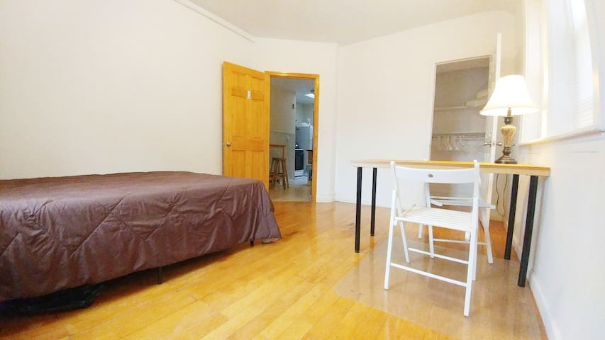Room to rest near LaGuardia. Steps to subway!