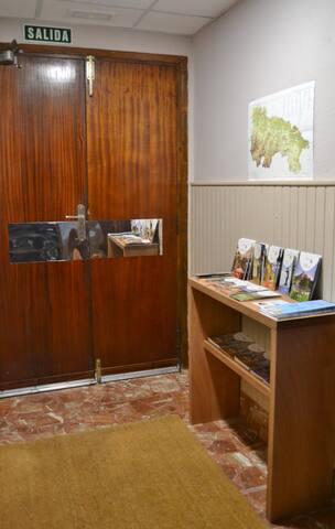 Hall de entrada con con folletos informativos de la Rioja