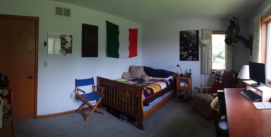 Private Bedroom in a Platteville Home - Platteville - House