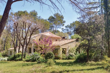 Holiday cottage with 4 bedrooms on 200m² in Le Puy Sainte Reparade
