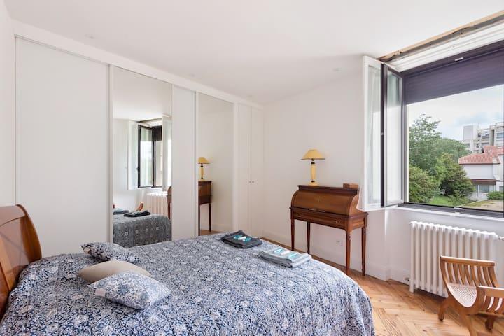 Une des deux chambres doubles naturellement lumineuse et au calme.