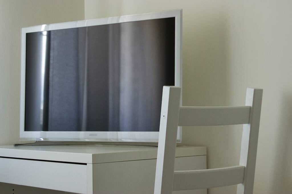 SMART TV E SCRIVANIA