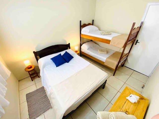 Quarto 3: com cama de casal e beliche, ventilador.