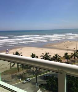PÉ NA AREIA - CHURRASCO E CERVEJA VENDO O MAR - Praia Grande