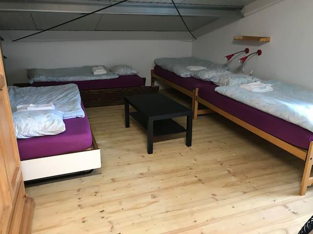 4 Schlafplätze mit Dachschräge, nicht abschliessbar, 1. Stock