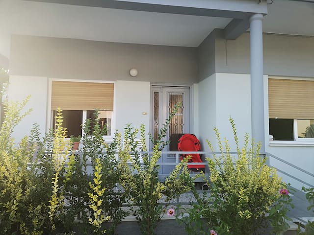 Άνετη μονοκατοικία με θέα και κήπο στο Βελβεντό.