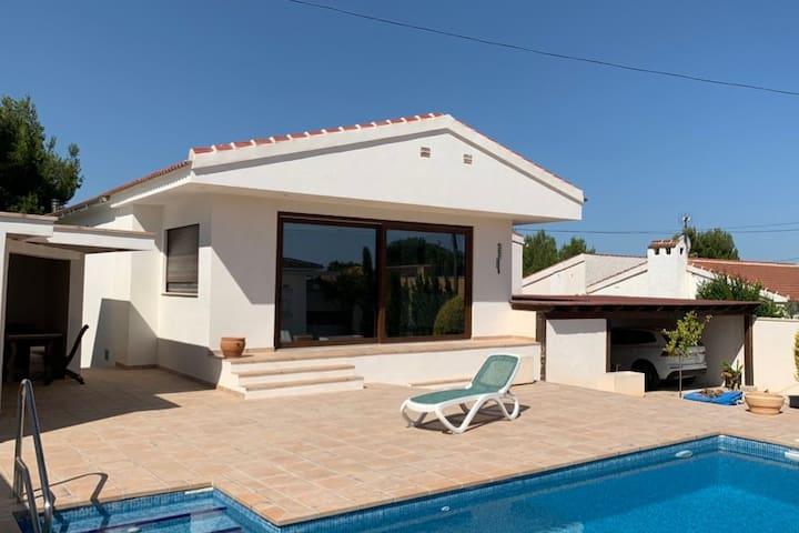 Chalet nuevo con piscina /Villa with swimming pool
