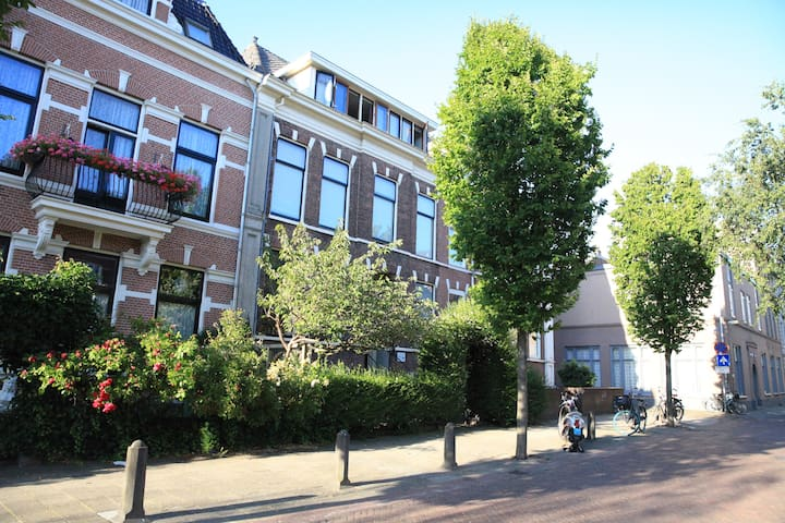 Right in Haarlem's center and 2 mins from station!